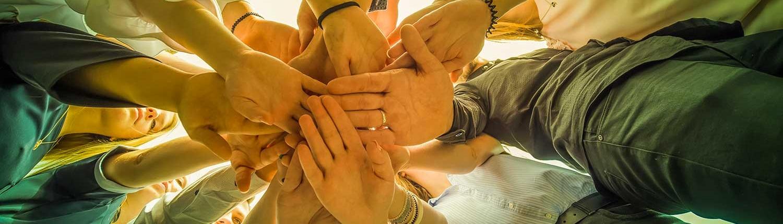 teambuilding groep handen